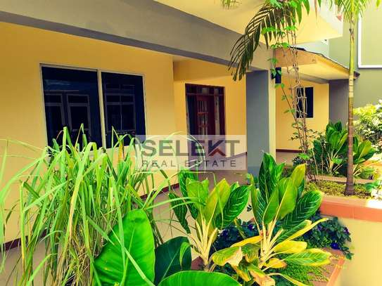 Specious 4 Bedroom Apartment In Oyster Bay image 12