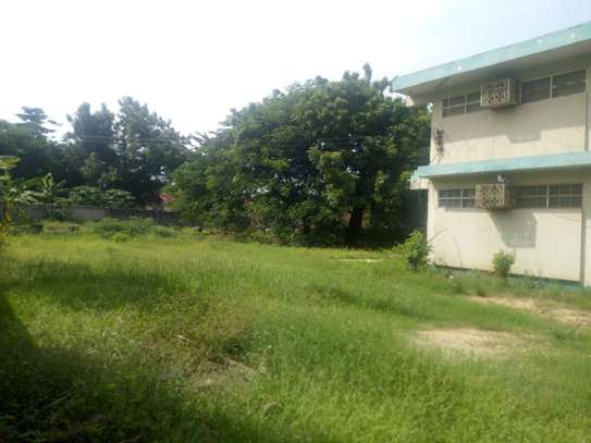 3bedrm house with big compound area in Adaestate to let $1,300 image 2
