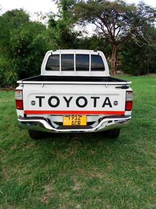 2002 Toyota Hilux Double Cabin Pickup image 7