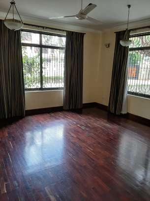4 Bedrooms House  In Oysterbay. image 6