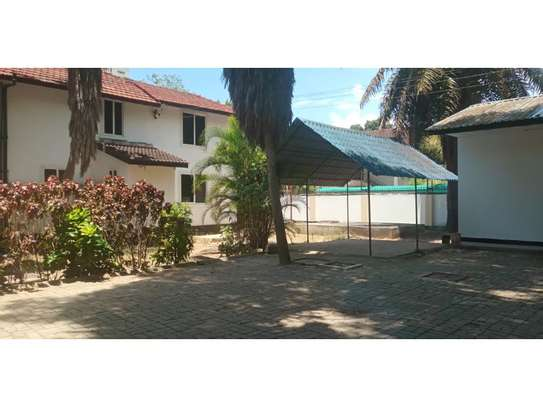 dplomatic 6bed house along main rd located  at regent estate image 6
