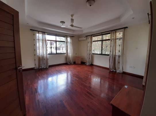 4 Bedrooms House  In Oysterbay. image 10