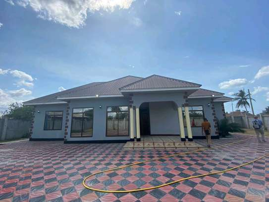 RENT OUR BEAUTIFUL 5 BEDROOMS NEW KIGAMBONI HOUSE image 1