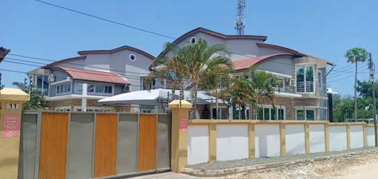 3 bed room house villa for rent at mbezi beach near round about white sand. image 4