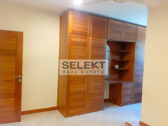 Specious 4 Bedroom Apartment In Oyster Bay image 10
