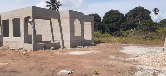PLOT WITH HOUSE 3 BEDROOMS FOR SALE AT KIGAMBONI FUN CITY image 3