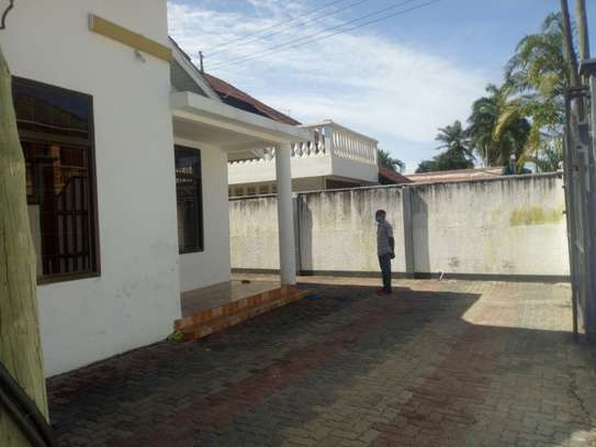 3bedroom house to let in mikocheni B' to let Tsh 1m.