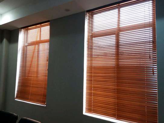 CURTAINS OF VENETIAN BLINDS image 1