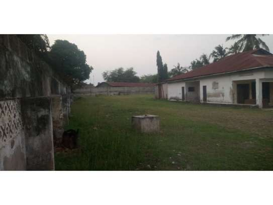a oldhouse in a big compound along main rd at regent estate image 13