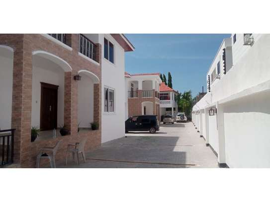 4bed all ensuite town house at oyster bay $2500pm image 1
