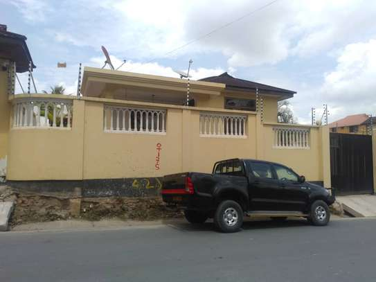 3bed house at moroco  with servant uarter available residance or office image 8