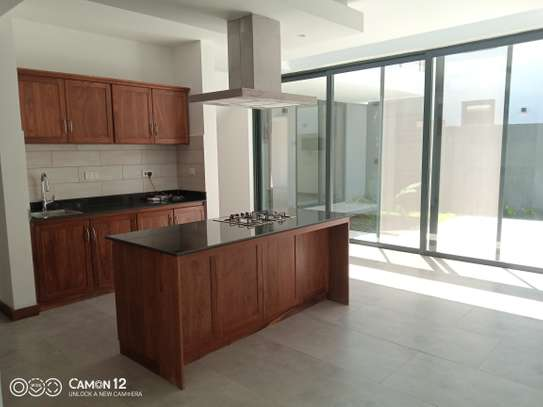 4 Bdrm villa to let in oyster bay image 2