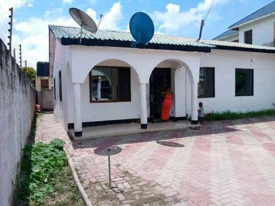 House for sale at tegeta namanga,have 4bedrooms,one master ,public toilet,kitchen,sitting &dining rooms,1000sqm image 3