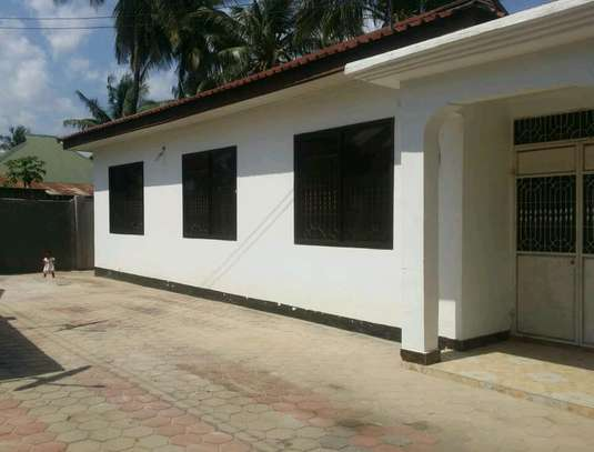 RENT A LOW PRICE KIGAMBONI STANDALONE HOUSE CLOSE TO MIKADI BEACH AND FERRY image 1
