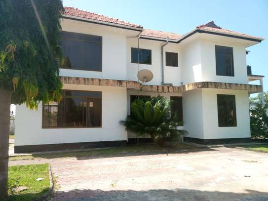 5bed all ensuite  house for sale at tegeta 4900sqm  with servant quarter of 3bed image 4