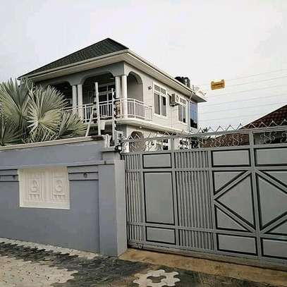HOUSE FOR SALE AT MBEZI BEACH....a 4bedrooms with a servant cotter image 2