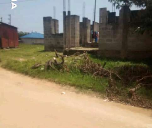UNFINISHED HOUSE AND PLOT FOR SALE LOCATION IN MBEZI BEACH GOIGI image 3