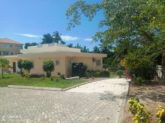 big 4bed house at oyster baywith 2 acre compound $4000pm image 1