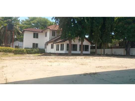 6bed house along main rd is good i deal for office image 4