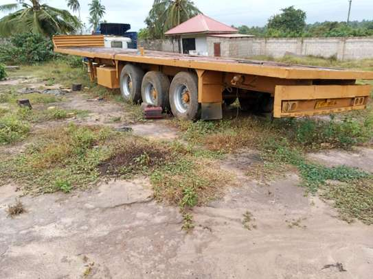 Super single flat bed trailer 40 feet.Ipo katika hali nzuri sana