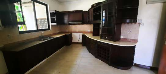 a 4bedrooms  VILLAS is OYSTERBAY with a very cool neighbour hood is available for rent now image 4