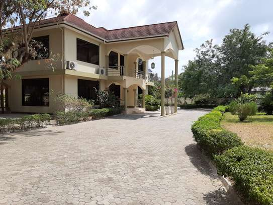 4 Bedrooms House  In Oysterbay. image 3