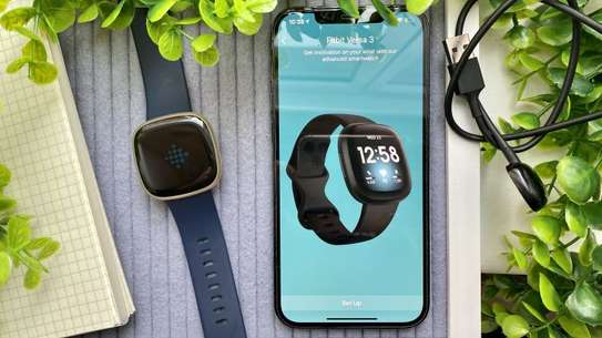 Fitbit Versa 3 Health & Fitness Smartwatch with GPS, 24/7 Heart Rate image 4