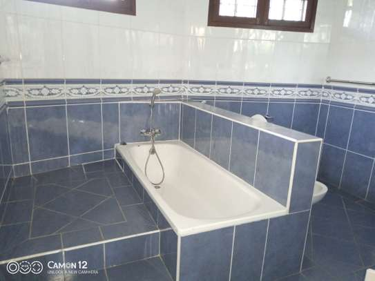 4bdrm Town house to let in oyster bay image 4