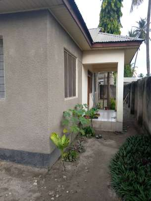 3 bed room house ,and one bed room master for sale at boko basiaya image 3