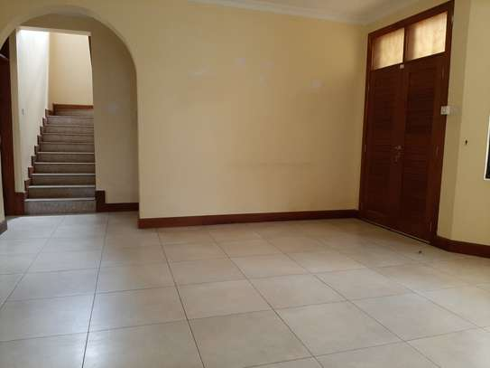 4 Bedrooms House  In Oysterbay. image 7