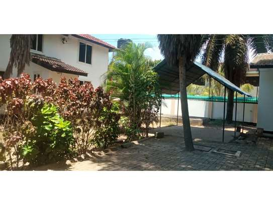 6bed house along main rd is good i deal for office image 10