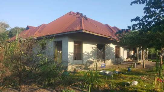 BUY CLOSE TO BEACH KIGAMBONI HOUSE ON A HUGE PLOT. image 1