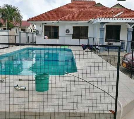 Swimming pool house for rent bahari beach image 4