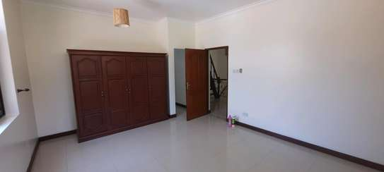 a 4bedrooms  VILLAS is OYSTERBAY with a very cool neighbour hood is available for rent now image 7