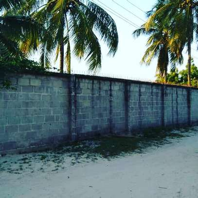 3 BDRM HOUSE CLOSE TO BEACH WITH LOTS OF POTENTIALS WELL BELOW MARKET PRICE image 1