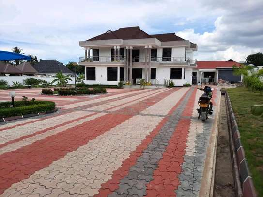 A NEW HOUSE FOR SALE LOCATION IN UNUNIO 5 BEDROOMS 2 ROOMS ARE SELF CONTAINED #SITTINGROOM#DININGI KITCHEN image 2
