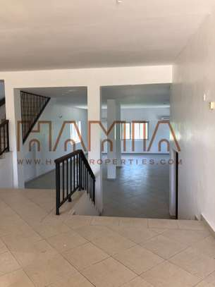 8 Bdrm House  in Oysterbay image 4
