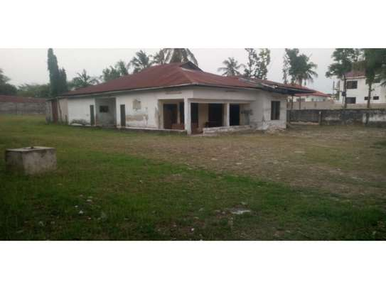 a oldhouse in a big compound along main rd at regent estate image 2