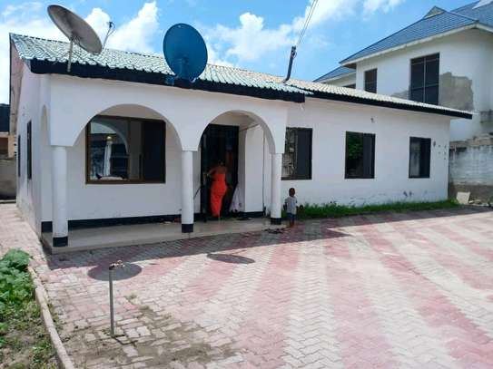 House for sale at tegeta namanga,have 4bedrooms,one master ,public toilet,kitchen,sitting &dining rooms,1000sqm image 4