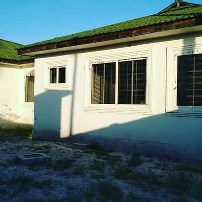 3 BDRM HOUSE CLOSE TO BEACH WITH LOTS OF POTENTIALS WELL BELOW MARKET PRICE image 3