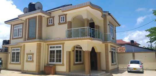 House for sale tzs 600m,it alocated at kinondon studio have 5bedroon both 4bedroom contained masters with 800sqm have servant courter sitting &dining rooms,kitchen ,parking image 3