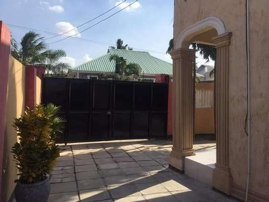 5 bed room house with  servant quorter for sale at ununio image 3