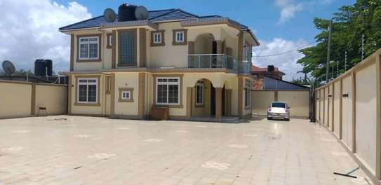 House for sale tzs 600m,it alocated at kinondon studio have 5bedroon both 4bedroom contained masters with 800sqm have servant courter sitting &dining rooms,kitchen ,parking image 2
