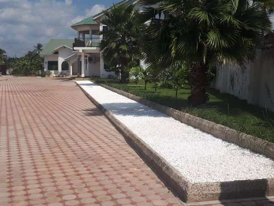 4bed house  with big compound   2 acres at bahari beach i deal fot ngos or big diplomatic familly image 2