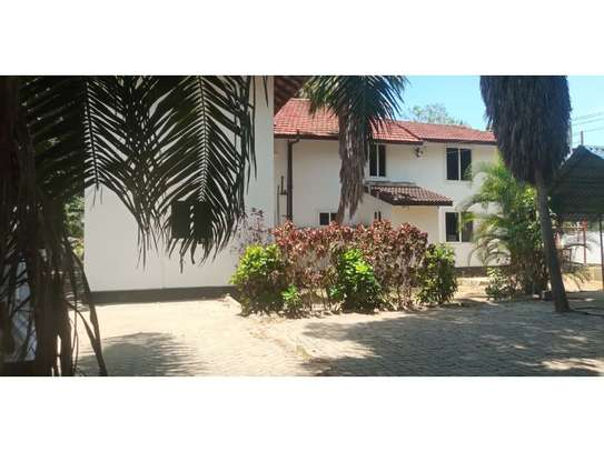 dplomatic 6bed house along main rd located  at regent estate image 5