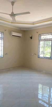 House for sale tzs 600m,it alocated at kinondon studio have 5bedroon both 4bedroom contained masters with 800sqm have servant courter sitting &dining rooms,kitchen ,parking image 6