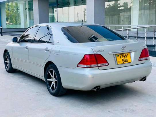 2004 Toyota Crown Royal Saloon image 4