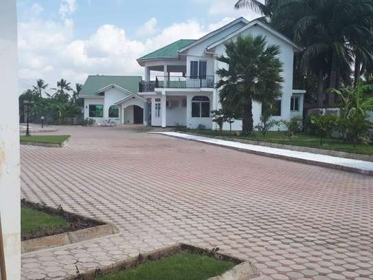 4bed house  with big compound   2 acres at bahari beach i deal fot ngos or big diplomatic familly image 1