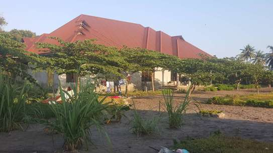 BUY CLOSE TO BEACH KIGAMBONI HOUSE ON A HUGE PLOT. image 4