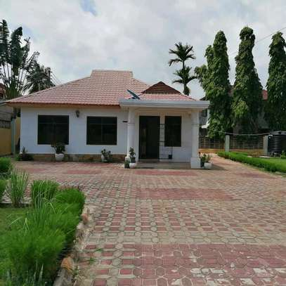 A STANDALONE HOUSE AT MBEZI BEACH IS FOR SALE ...SUITABLE FOR OFFICE OR FAMILY USE image 3